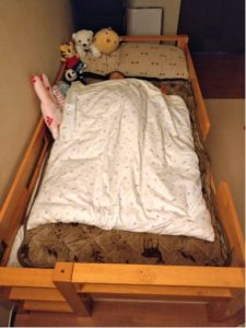 大人用敷布団にベビー掛け布団を合わせて使っています。